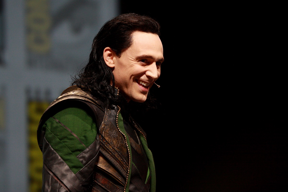 "Tom Hiddleston als Loki Antagonisten Emotionen - Bild: ""Tom Hiddleston"" von ""Gage Skidmore"" (CC BY-SA 2.0)"