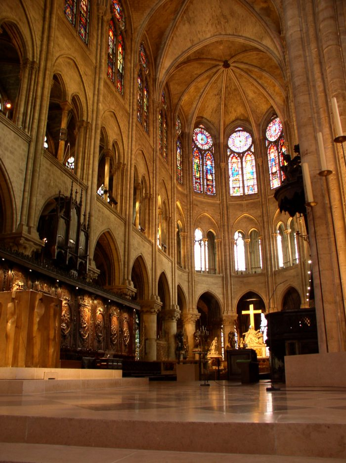 "Chor der frühgotischen Emporenbasilika von Notre-Dame de Paris, Foto: <a href=""https://commons.wikimedia.org/wiki/File:Notre_Dame_Altar_July_2005.jpg"">""Notre Dame de Paris Altar (July 2005)""</a> von ""Kmuehmel""/Kurt Muehmel (<a href=""https://commons.wikimedia.org/wiki/File:Notre_Dame_Altar_July_2005.jpg"">https://commons.wikimedia.org/wiki/File:Notre_Dame_Altar_July_2005.jpg</a>, CC BY-SA 3.0)"