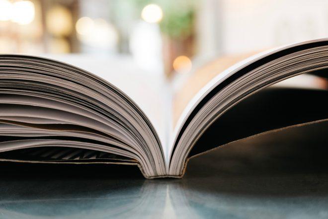 Artikelbild zum Märchen von unpolitischer Fiktion - Aufgeschlagenes Buch