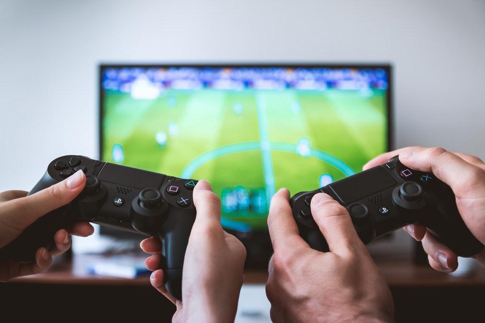 Videospiele und Konditionierung - Zwei Personen halten Controller